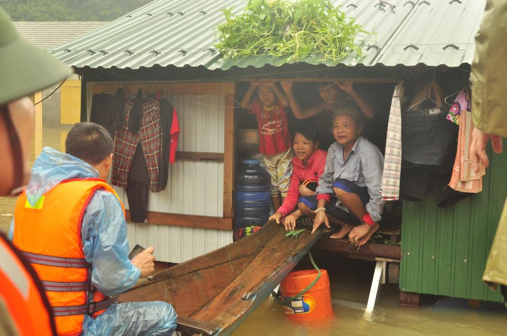 Khi đi cứu hộ miền Trung, các lực lượng chức năng gặp những gia đình chỉ toàn phụ nữ và trẻ em.
