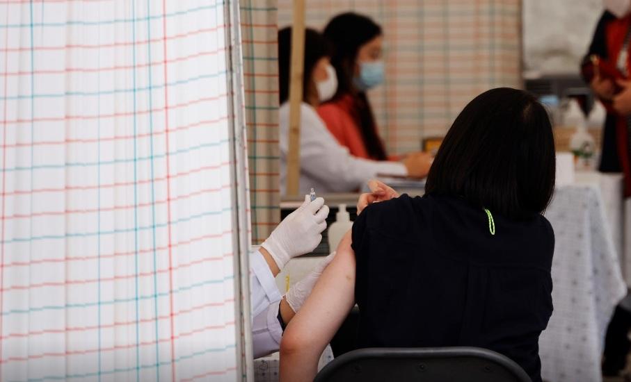 Giới chuyên gia và nhiều lãnh đạo địa phương đề nghị ngừng tiêm phòng cho đến khi chứng minh được độ an toàn của vắc-xin.