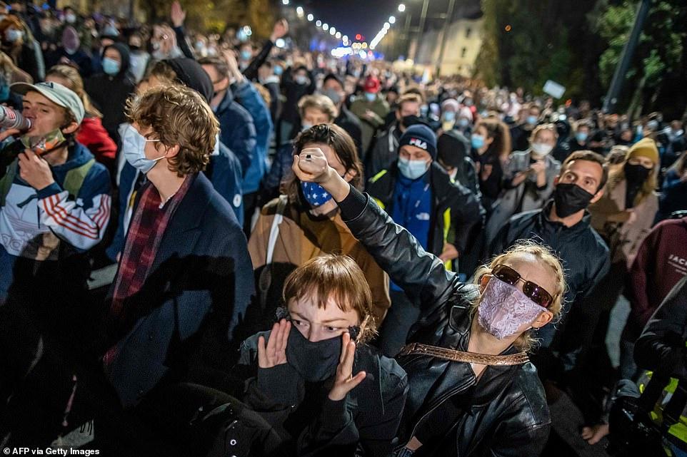 Dòng người tuần hành phản đối phán quyết của tòa án tại Warsaw vào đêm 22/10 .