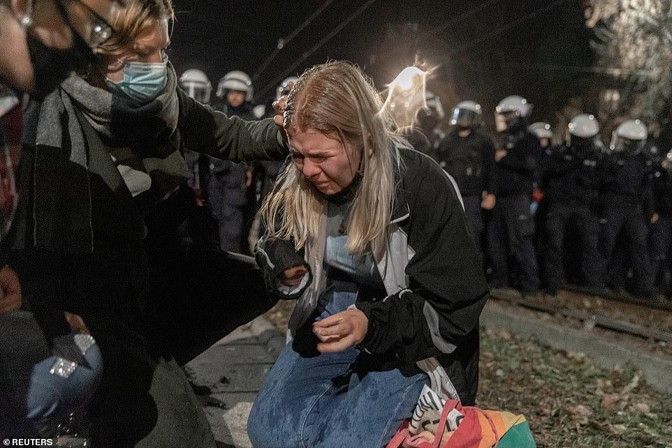 Một người biểu tình bị ảnh hưởng bởi hơi cay từ cảnh sát.
