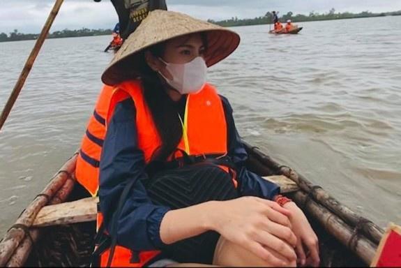 Ca sĩ Thủy Tiên đứng ra kêu gọi được hơn 100 tỷ để hỗ trợ đồng bào vùng lũ lụt