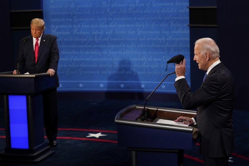 Trump bị cắt micro Lần chặn micro đầu tiên trong cuộc tranh luận xảy ra khi Trump đang phản ứng về biện pháp bảo vệ chương trình chăm sóc y tế và chỉ trích ACA. Micro của ông bị ngắt khi đang chuẩn bị hoàn thành câu trả lời của mình, giúp người điều hành kiểm soát cuộc tranh luận và chuyển lời sang Biden.