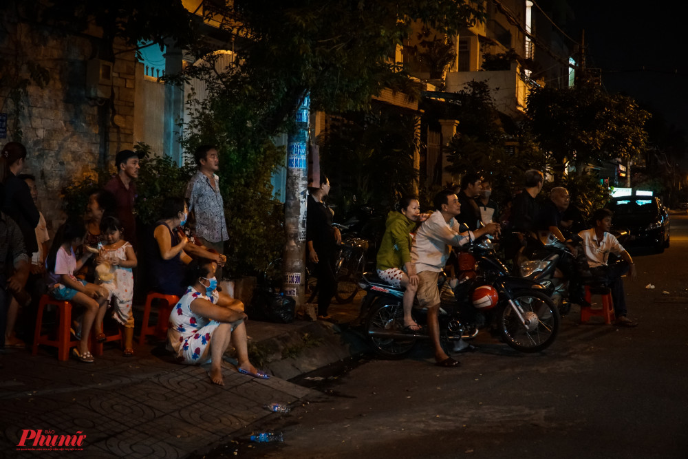 Nhiều người dân đến xem nghệ sĩ hát tiễn đưa nghệ sĩ Nam Hùng.