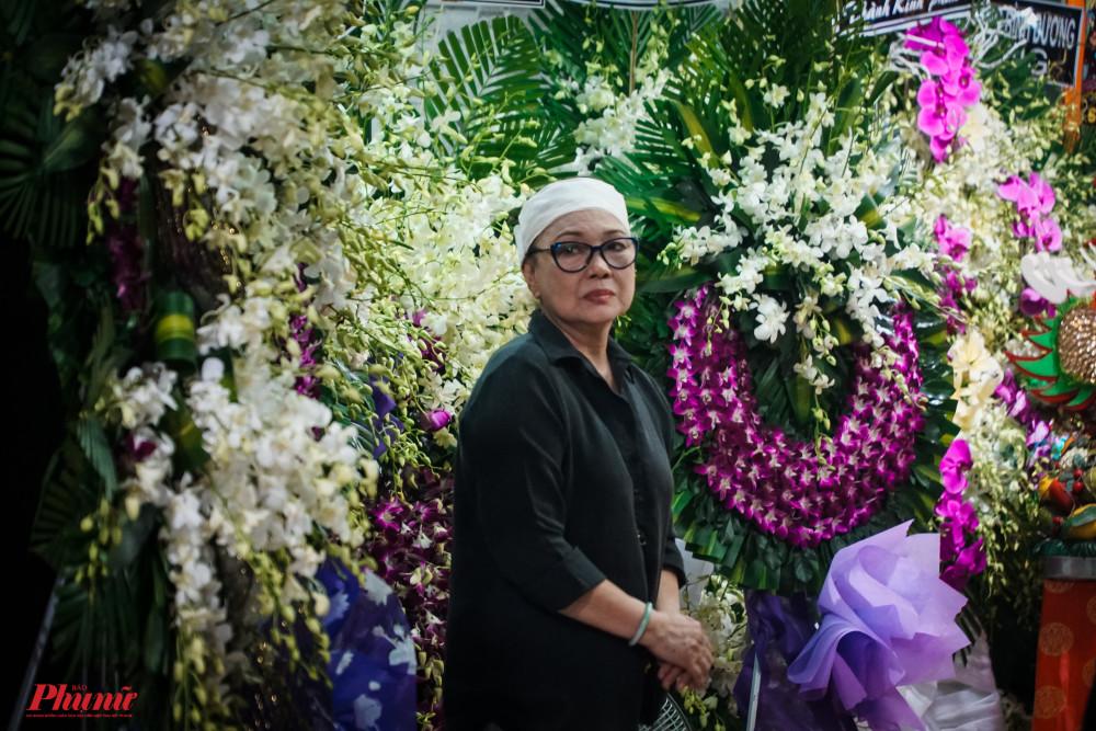 NS ƯT Tô Kim Hồng lặng lẽ theo dõi các đồng nghiệp hát tiễn đưa chồng. Bà thẫn thờ trong mấy ngày qua vì nghệ sĩ Nam Hùng ra đi đột ngột.