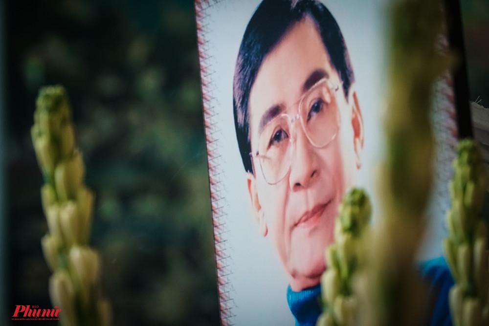 Sàng 24/10, cố NSƯT Nam Hùng được an táng tại nghĩa trang Bình Dương. Tối 23/10, nhiều nghệ sĩ đến đưa tiễn trong những phút giây cuối cùng