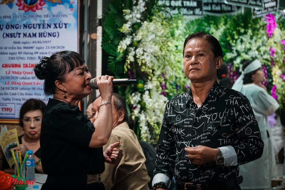 Nghệ sĩ Phương Huệ và Thanh Tài hoà giọng trong trích đoạn Người tình trên chiến trận. Các nghệ sĩ đều bày tỏ sự mến mộ với tài năng, đạo đức của cố nghệ sĩ Nam Hùng.