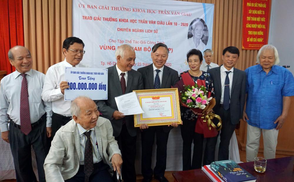 Nhóm tác giả nhận giải thưởng Trần Văn Ơn lần 10.