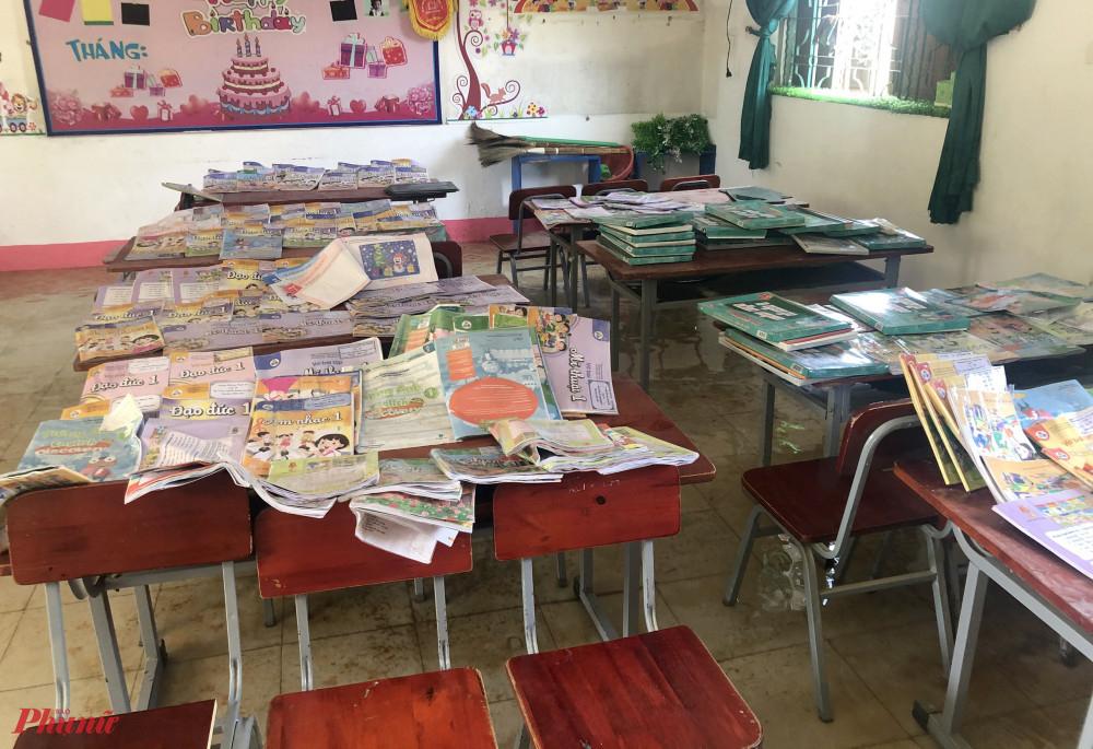 Khoảng trống có nắng trong trường đều được tận dụng làm nơi hong phơi sách vở