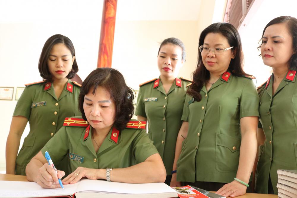 Đại tá Ngô Hoài Thu cùng đoàn đến dâng hương tượng nhớ Mẹ Rành và viết cảm xúc vào sổ lưu niệm tại nhà tưởng niệm Mẹ.