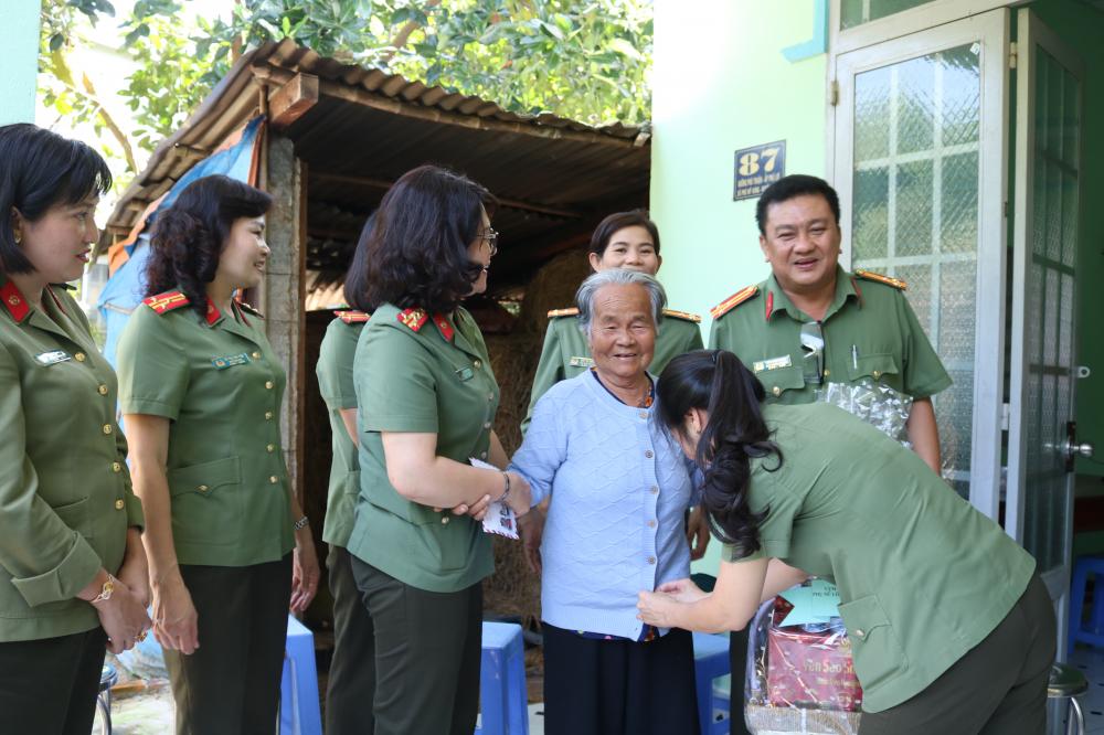 Đoàn đến thăm, tặng quà cho Mẹ Sang.