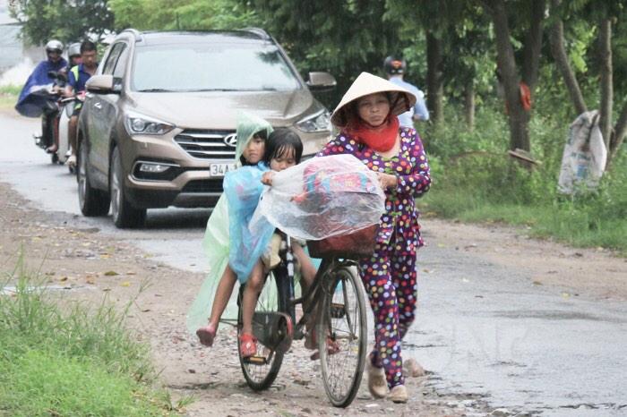 Nhưng bão lũ có là gì so với nỗi đau mất mẹ. Ai sẽ chở con đến trường như chúng bạn (Ảnh minh họa từ nguồn internet)