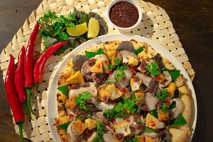 Món pizza bún đậu mắm tôm có đế bánh rất thơm và giòn, ngoài ra, sự sáng tạo kết hợp ẩm thức Á – Âu vào chung môt món cũng là một điểm cộng lớn. Tuy nhiên, phần đậu rán bên trên không giòn, khi ăn thịt mỡ cùng phô mai sẽ hơi ngấy và phần mắm tôm thì hơi lạc vị với phần phô mai.