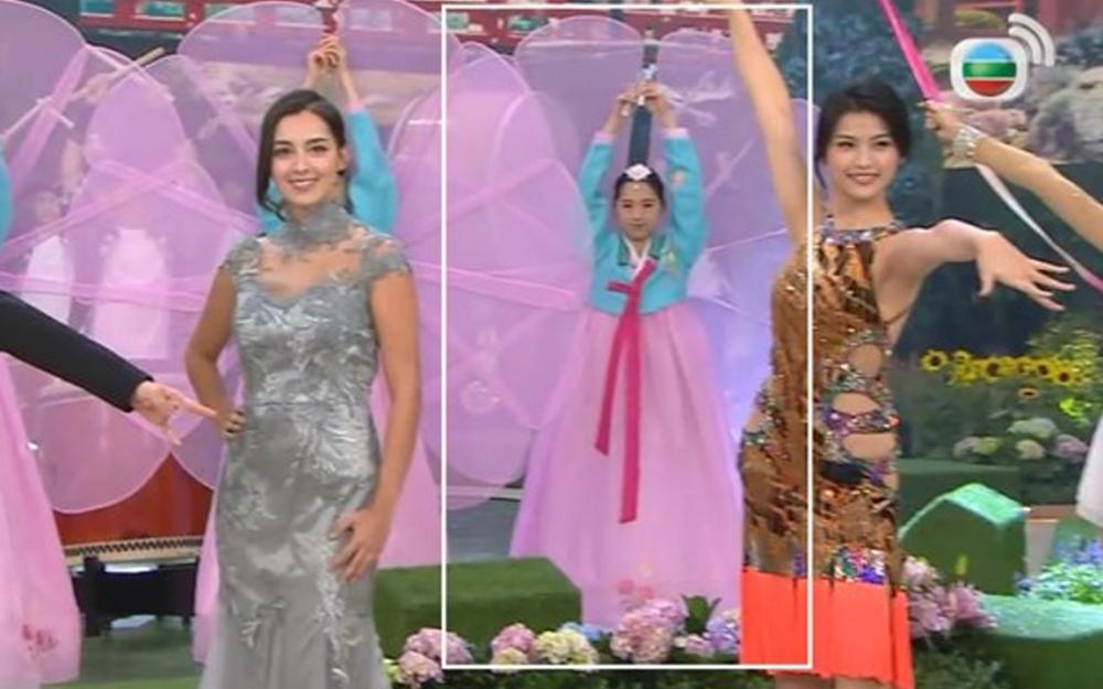 Vũ công phía sau các thí sinh tại cuộc thi Hoa hậu Hồng Kông diện trang phục tương tự Hanbok.