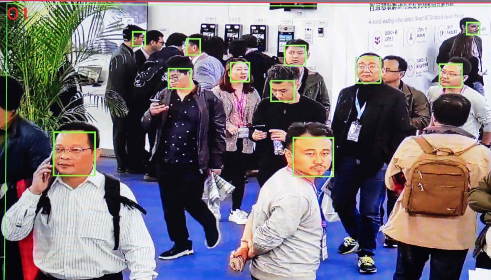 Hệ thống camera có tích hợp công nghệ nhận diện khuôn mặt bằng trí tuệ nhân tạo có khả năng nhận diện mọi các nhân ở nơi công cộng - Ảnh: NICOLAS ASFOURI/AFP via Getty Images