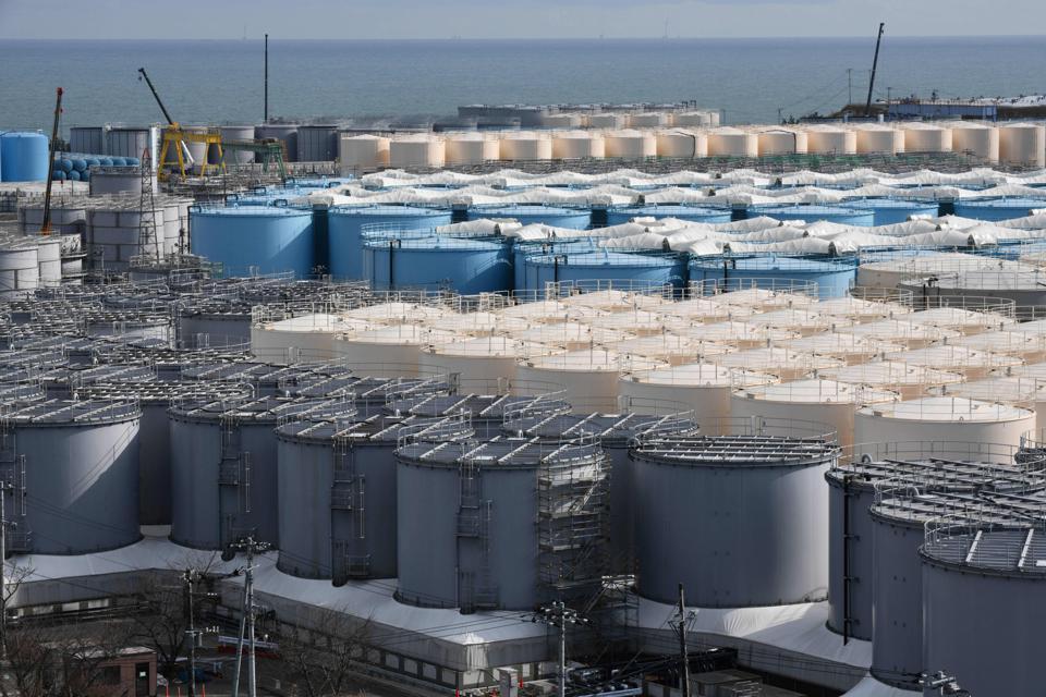 Hiện chính phủ Nhật Bản vẫn chưa quyết định việc xử lý lượng nước niễm xạ đang trữ tại khu phức hợp nah2 máy Fukushima Daiichi.