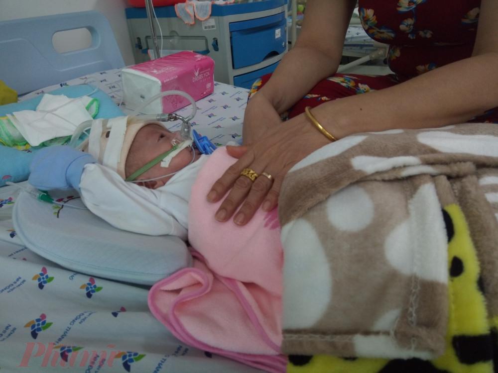 Trẻ bệnh hô hấp nặng được nhập viện điều trị
