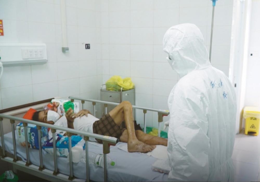 Bác sĩ Linh chăm sóc bệnh nhân mắc COVID-19 trong thời gian chi viện cho Đà Nẵng