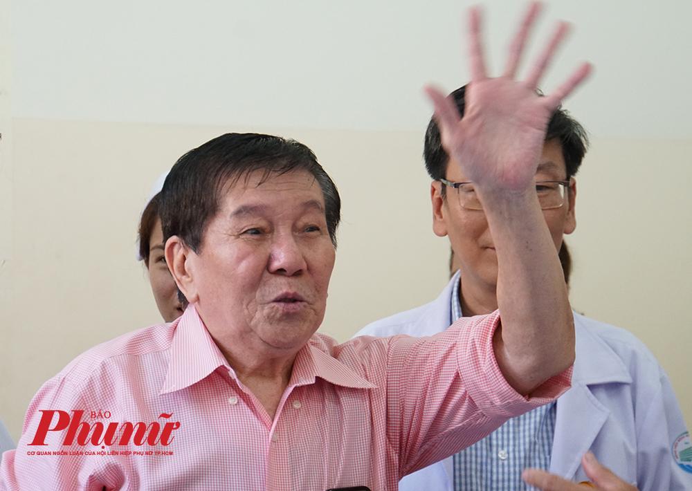 Ông Tạ Hoa Kiên (73 tuổi, Việt kiều Mỹ) vui mừng khi được bác sĩ của Bệnh viện Bệnh nhiệt đới chữa khỏi COVID-19, được xuất viện về nhà