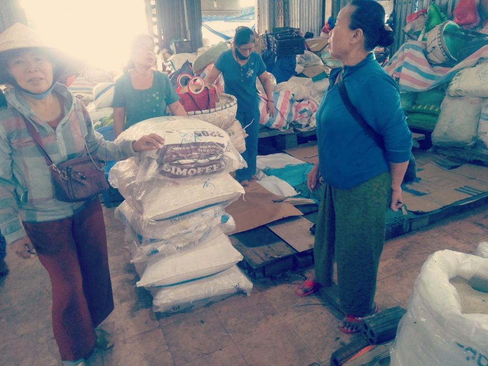 Tiểu thương hàng gạo chợ Đông Hà vớt vát số gạo còn lại và xử lý gạo thối  để đảm bảo môi trường.