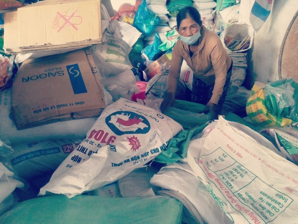 Bà Trần Thị Phụng, tiểu thương hàng gạo chợ Đông Hà xót xa trước số gạo đã bị hỏng, vớt vát số gạo còn lại.