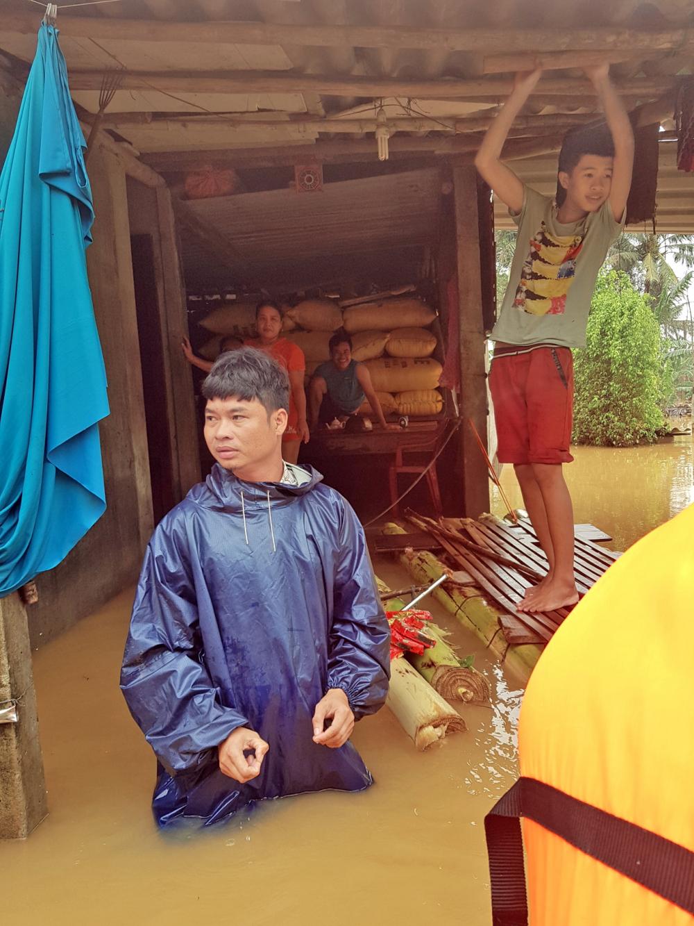 Người dân xã Phú Thanh (hạ lưu sông Hương) tỉnh Thừa Thiên - Huế hơn 12 ngày sống chung với lũ dữ