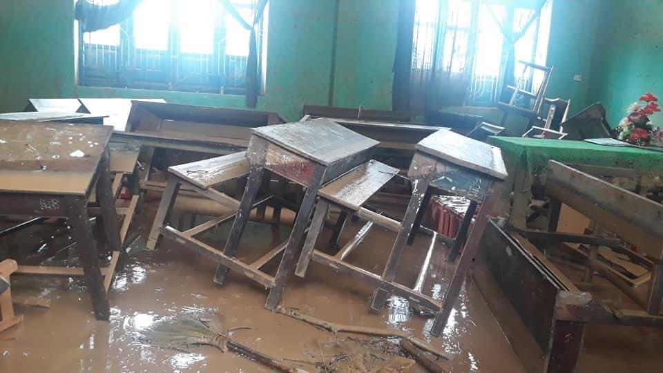 Tất cả bàn ghế, thiết bị trường học đều hư hỏng, không thể dùng được