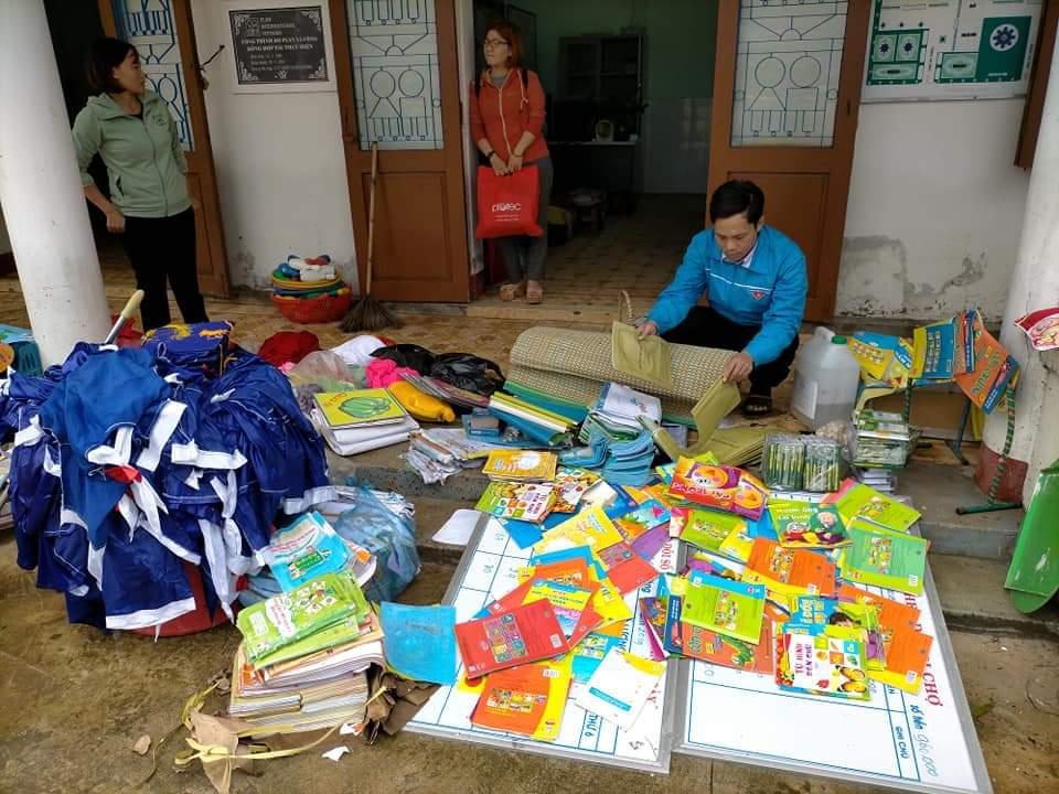 Thầy cô ở xã Gio Mỹ (huyện Gio Linh) đang cố vớt vát lại ít sách vở, áo quần cho học trò