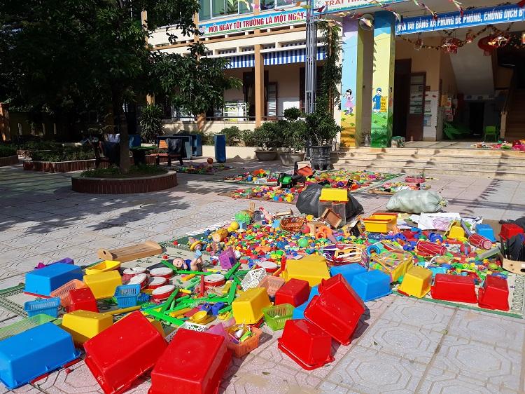Tranh thủ lúc hanh nắng, các giáo viên Trường mầm non Đông Thanh, phơi sách, vở và đồ chơi cho các em