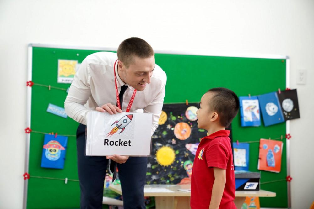 Dự thảo chưa tính đến các trường quốc tế dạy tiếng Anh như tiếng mẹ đẻ. Trong ảnh: Học sinh Royal school trong giờ học tiếng Anh