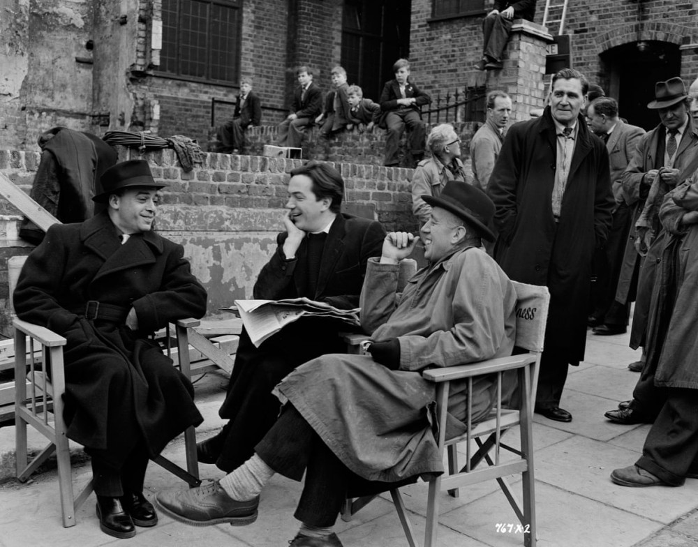 Đạo diễn Alexander Mackendrick (giữa) trò chuyện với Herbert Lom và Alec Guinness
