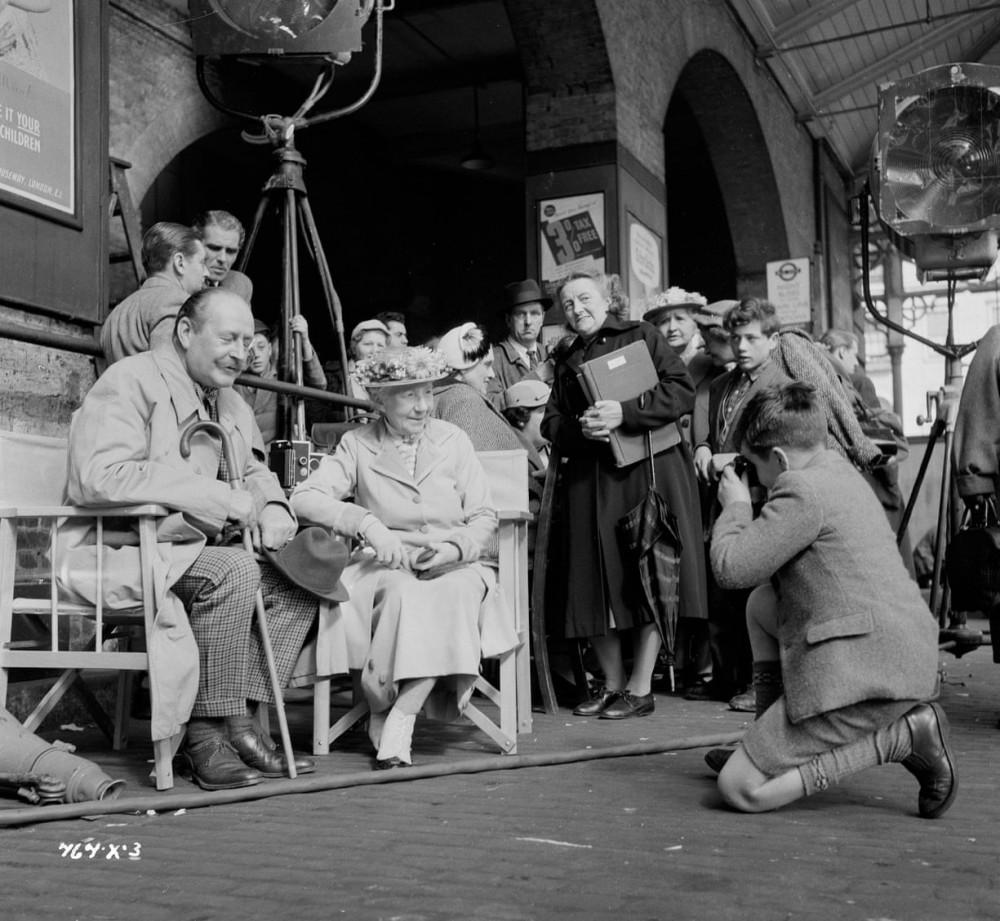 Một người hâm mộ trẻ tuổi chụp được bức ảnh của Cecil Parker và Katie Johnson bên ga tàu King's Cross