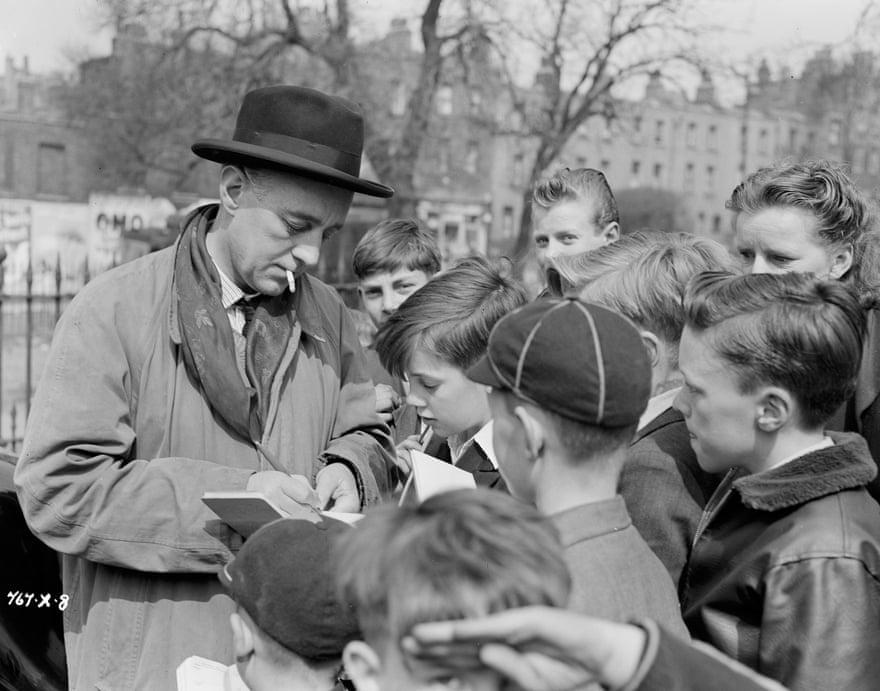 Alec Guinness, người đóng vai giáo sư Marcus, thủ lĩnh băng đảng, ký tặng cho trẻ em London