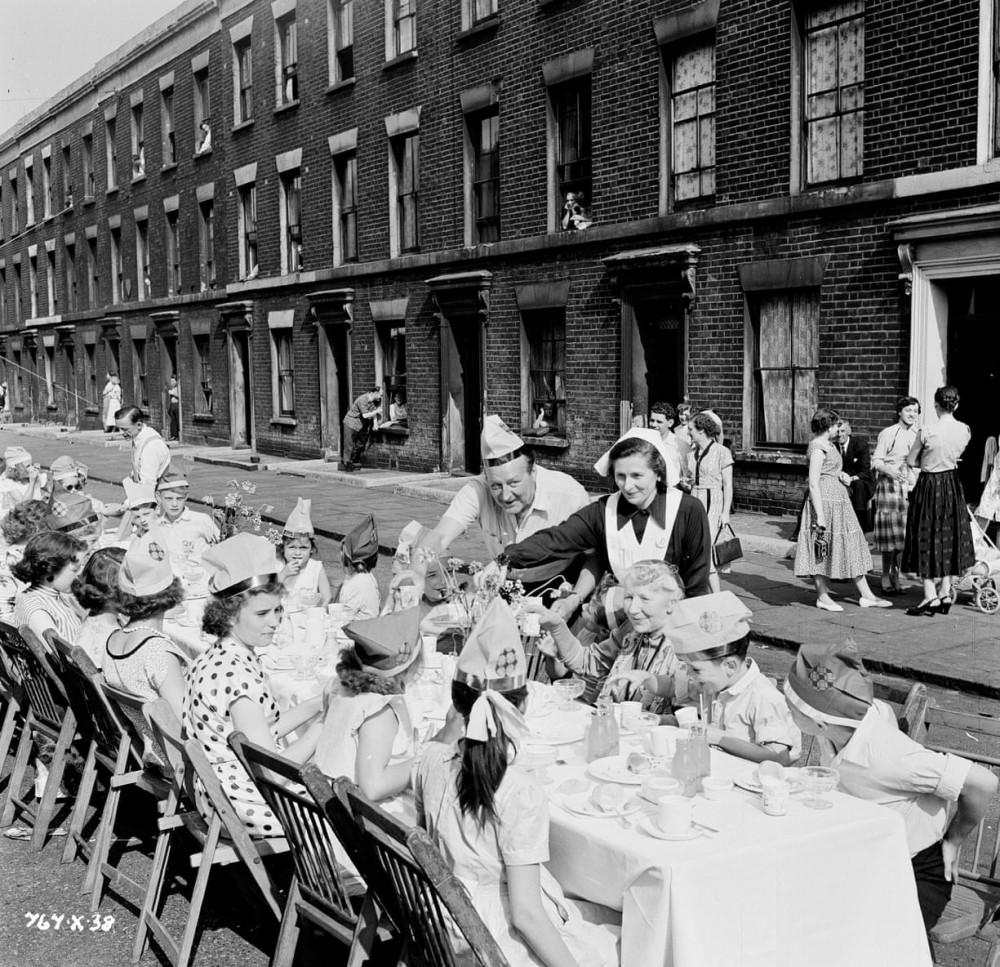 ecil Parker (Claude) và Katie Johnson (Mrs Wilberforce) tổ chức tiệc trà Ladykillers để cảm ơn những cư dân địa phương đã cho họ sử dụng nhà của họ làm phòng thay đồ và văn phòng trên phố Frederica