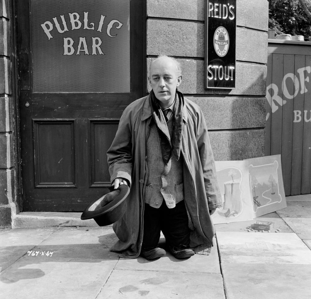 Alec Guinness giả làm Toulouse-Lautrec, làm trò hề trên phim trường