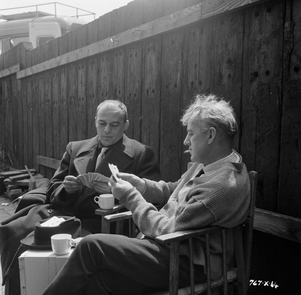 Herbert Lom và Guinness chơi bài giải trí trong lúc chờ đến lượt quay