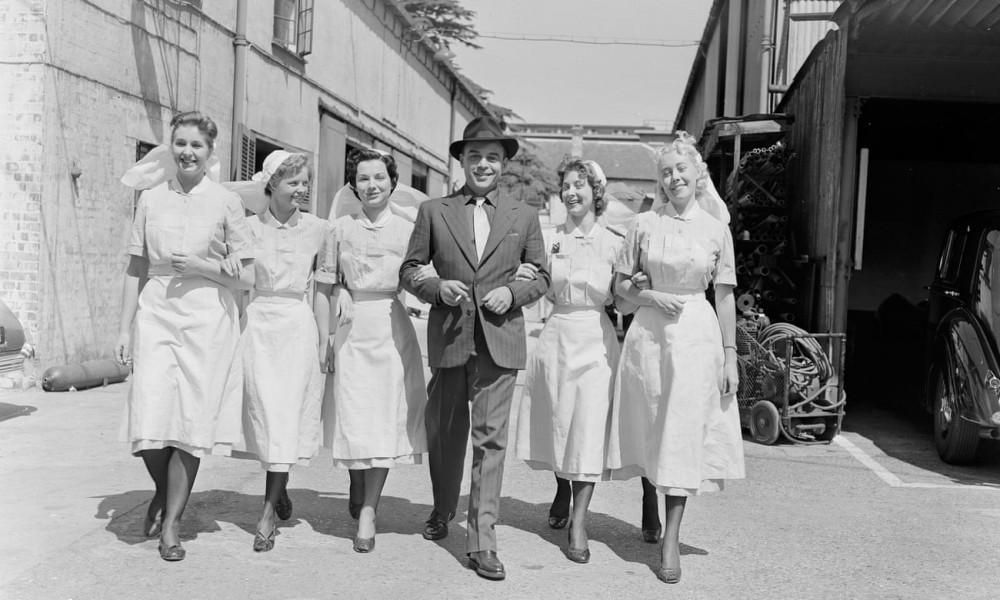 Nam diễn viên Herbert Lom và đội ngũ nhân viên y tế của