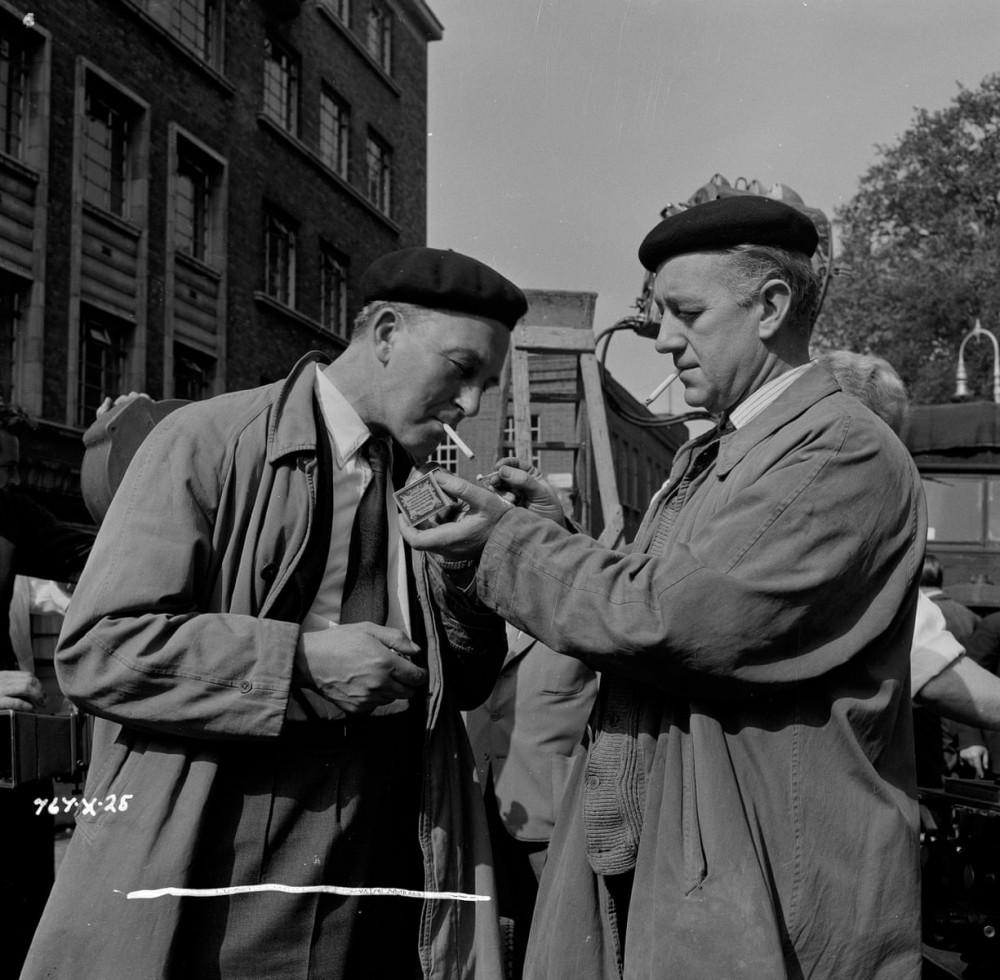 Guinness (phải) luôn hòa nhã, gần gũi với các thành viên trong đoàn phim