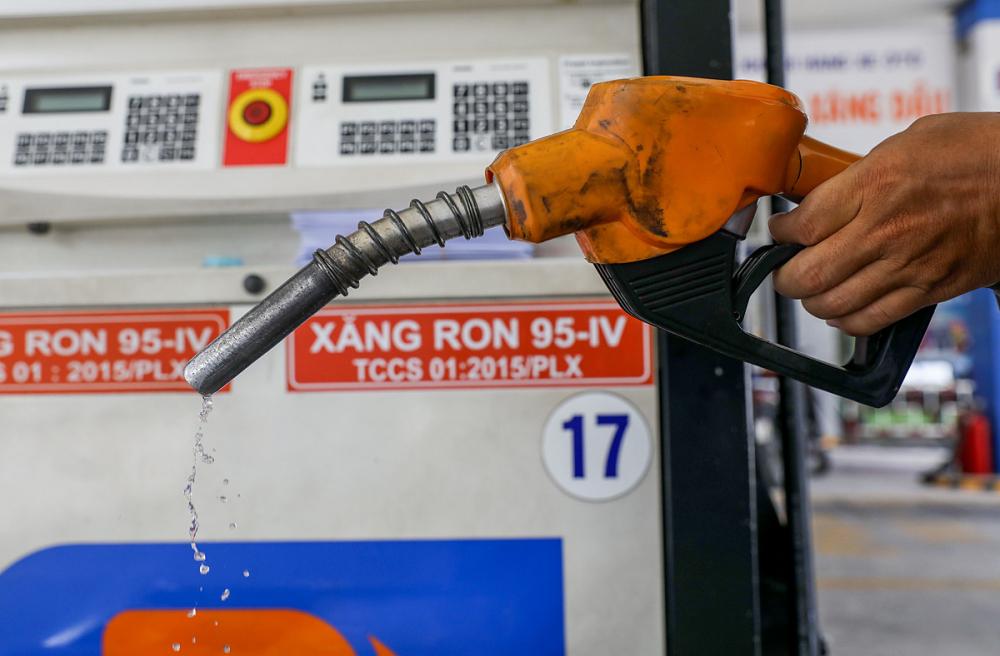 Giá xăng trong nước giảm trong khi giá dầu tăng nhẹ từ 15g ngày 27/10. Ảnh minh họa