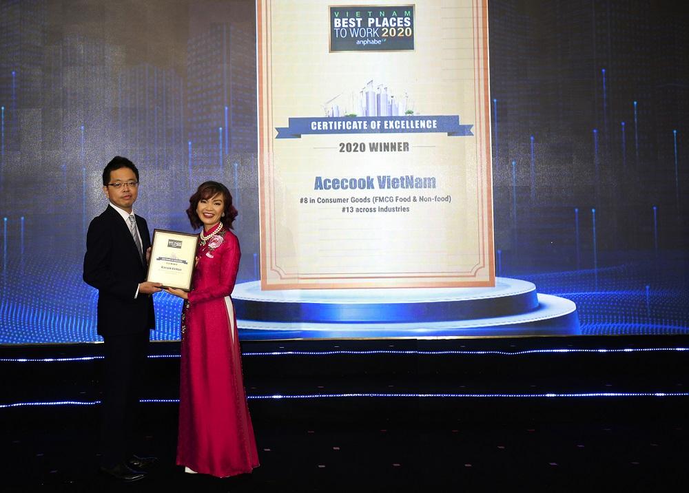 Ông Shimada Shigeru - Chánh văn phòng Tổng giám đốc - Công ty Acecook Việt Nam nhận chứng nhận Nơi làm việc tốt nhất Việt Nam 2020