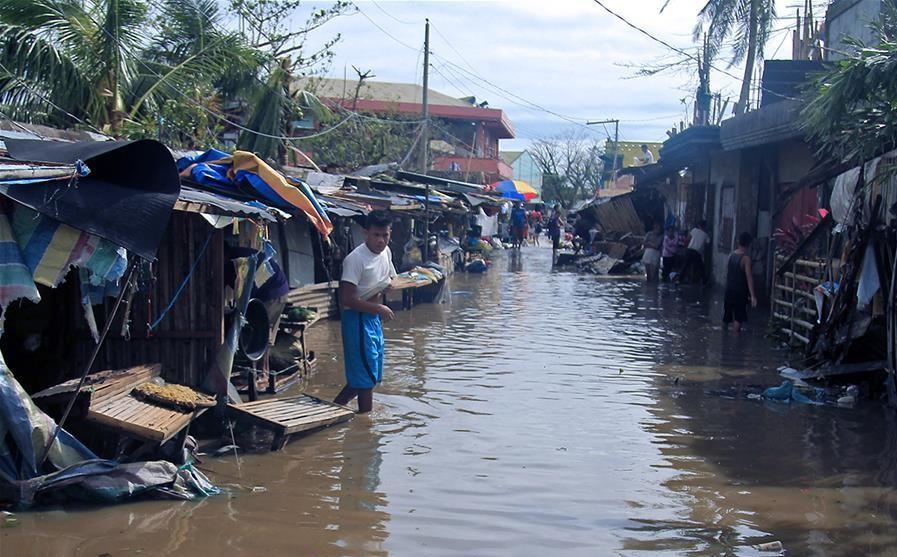 Bão Molave đổ bộ Philippines khiến hàng chục ngàn người dân di dời, nhiều khu vực bị ngập lụt nghiêm trọng.
