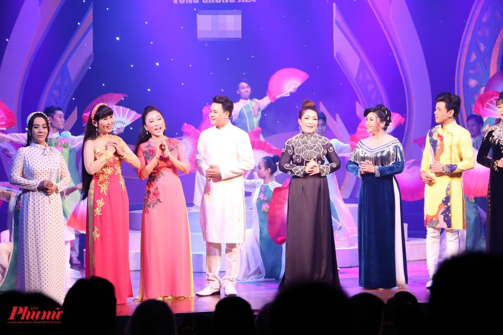 Một số nghệ sĩ từng thành danh từ giải Trần Hữu Trang như: Quỳnh Hương, Mỹ Hằng, Tú Sương... trình diễn mở màn đêm khai mạc vòng chung kết.