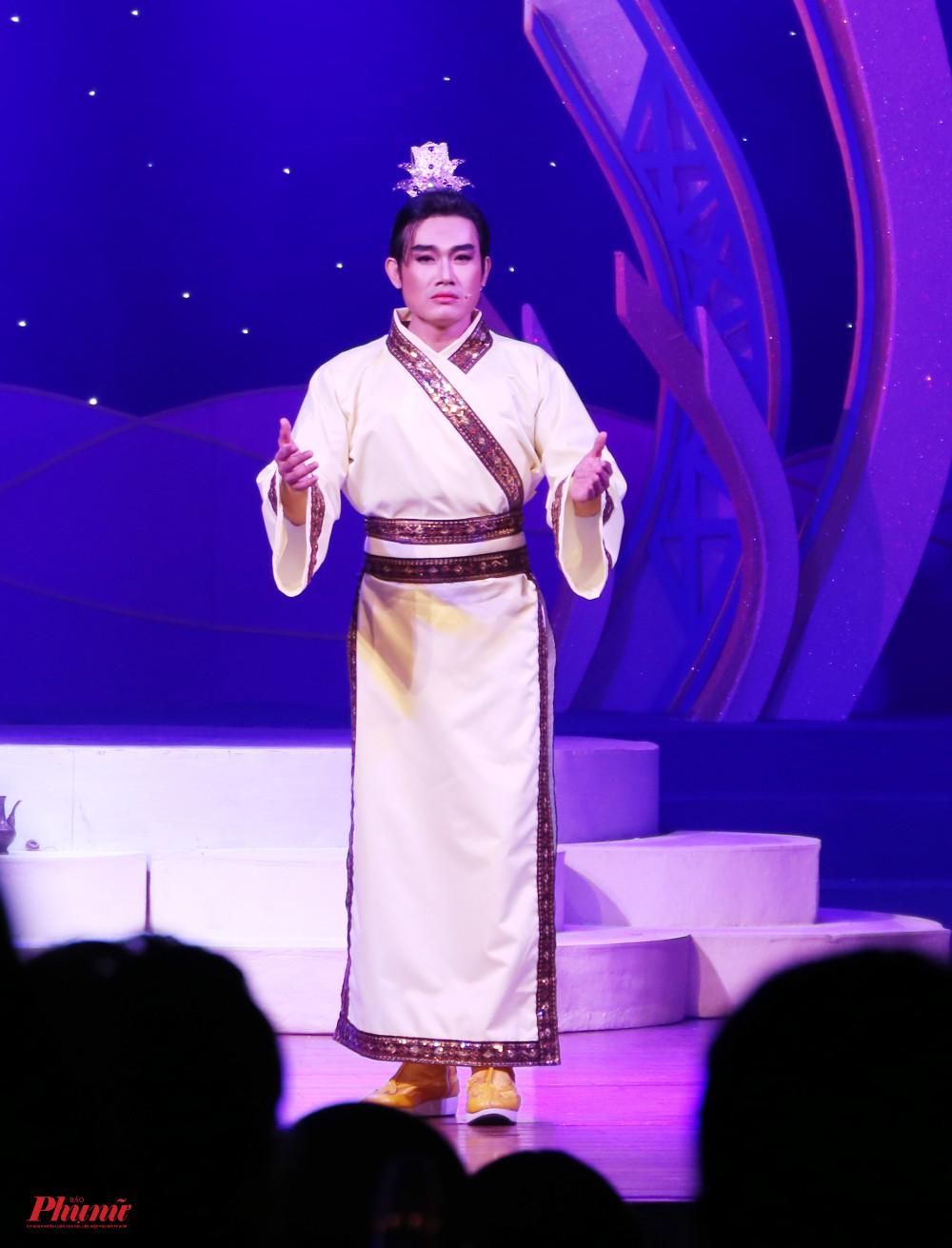 Thí sinh Võ Hoài Long (nhà hát cải lương Trần Hữu Trang) thể hiện vai kép mùi Trần Cảnh trong trích đoạn cùng tên.