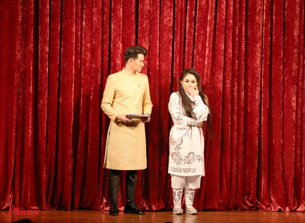 Ngoài phần hát, diễn xuất, các thí sinh cũng trải qua phần thi ứng xử với BGK. Ở đó, những câu hỏi về nghề nặng tính lý thuyết được đặt ra như: kể về tiểu sử của soạn giả Trần Hữu Trang, vai trò, trách nhiệm cộng đồngcủa nghệ sĩ...