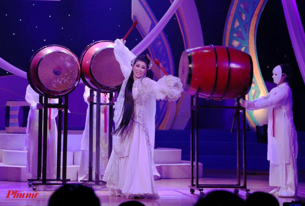 Nhã Thy với hạng mục đào mùi chọn thể hiện vai Nguyễn Thị Anh trong trích đoạn Nước mắt thần phi. Trước đó, ở vòng bán kết cô cũng chọn màu sắc lịch sử để thể hiện.