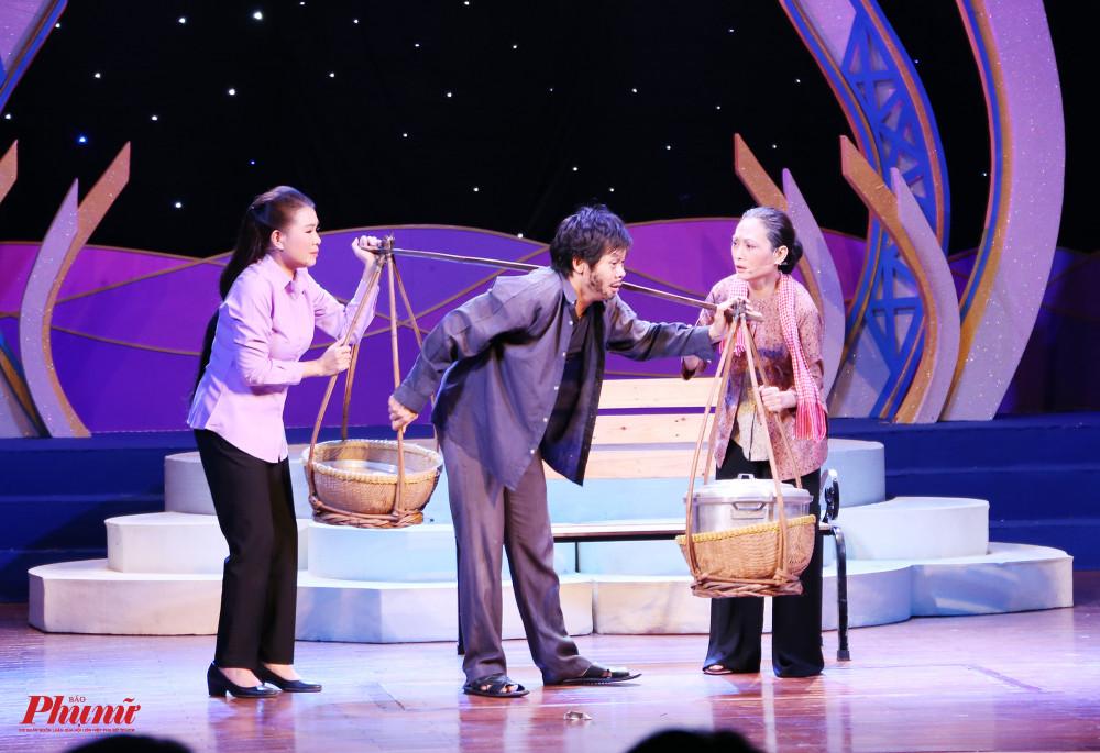 Thí sinh Võ Thành Phê kết màn đêm khai mạc với vai Lộc trong trích đoạn Con cò trắng . Đây là tiết mục nhận được nhiều