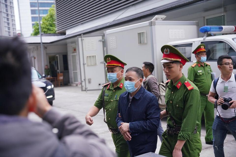 Bị cáo Trần Lục Lang bị đưa vào phiên tào.