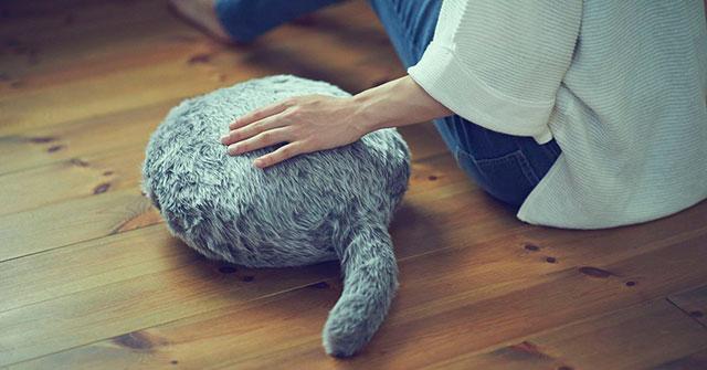 Đệm lông đuôi mèo Qoobo tuy đơn giản nhưng lại giúp ích rất nhiều cho những người dị ứng với lông động vật nhưng cảm thấy buồn vì phải giãn cách tại nhà.