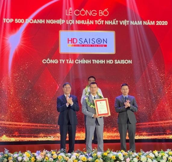 Đại diện HD SAISON nhận chứng nhận PROFIT500 tại lễ công bố. Ảnh: HD SAISON cung cấp