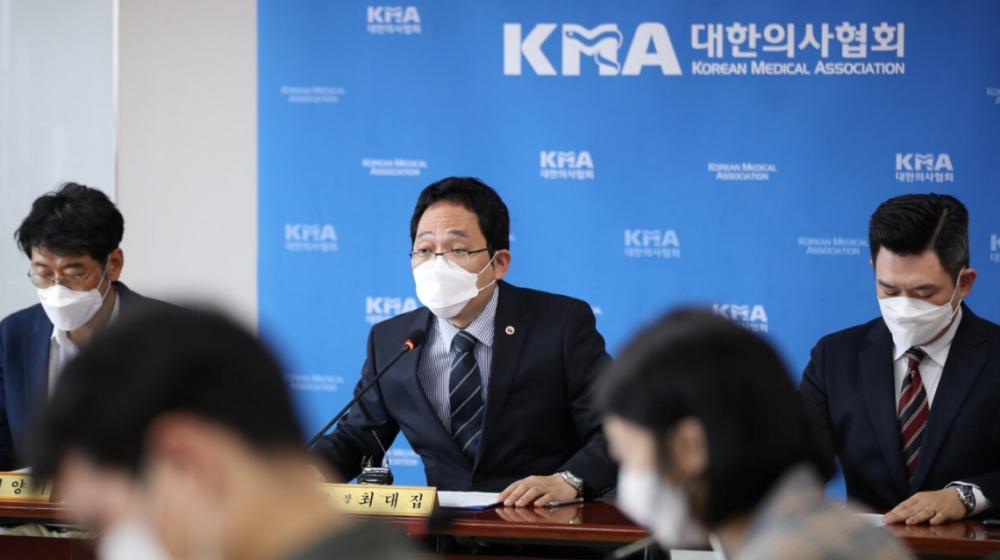 Choi Dae-zip, chủ tịch Hiệp hội Y tế Hàn Quốc, giải quyết cái chết của những người được tiêm phòng cúm.  Ảnh: Reuters