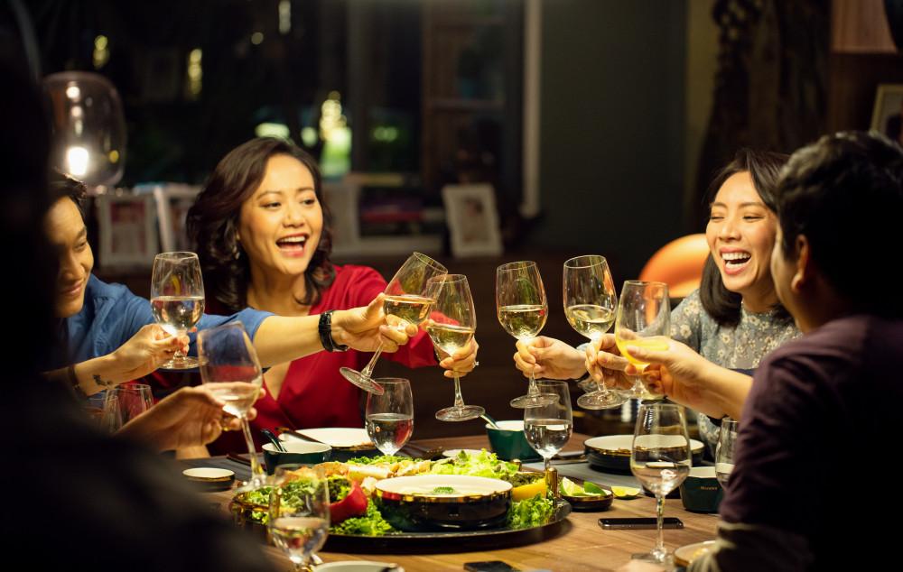 Các diễn viên trong phim đều diễn xuất tốt trên nền kịch bản được Việt hoá hấp dẫn.
